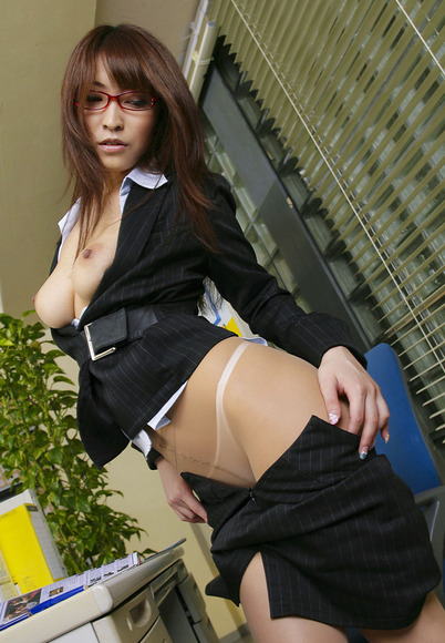 会社内で何も気にせずセックスする淫獣OLエロ画像3枚目