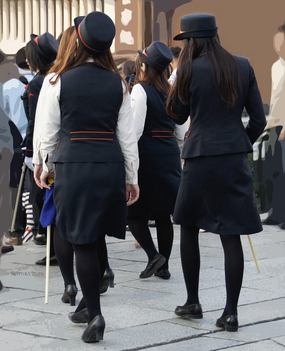 シーズン到来!バスガイドのタイトスカート盗撮画像1枚目