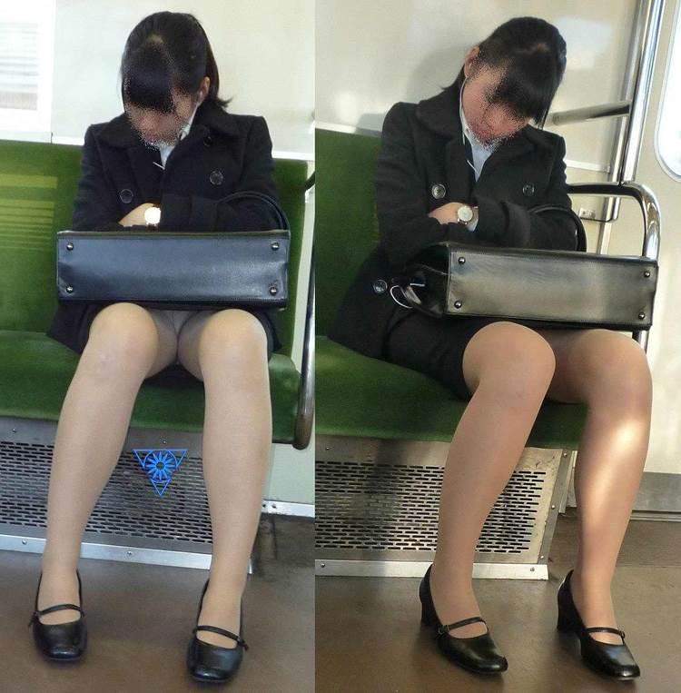 新人OLが電車内で見事に対面三角パンチラエロ画像1枚目
