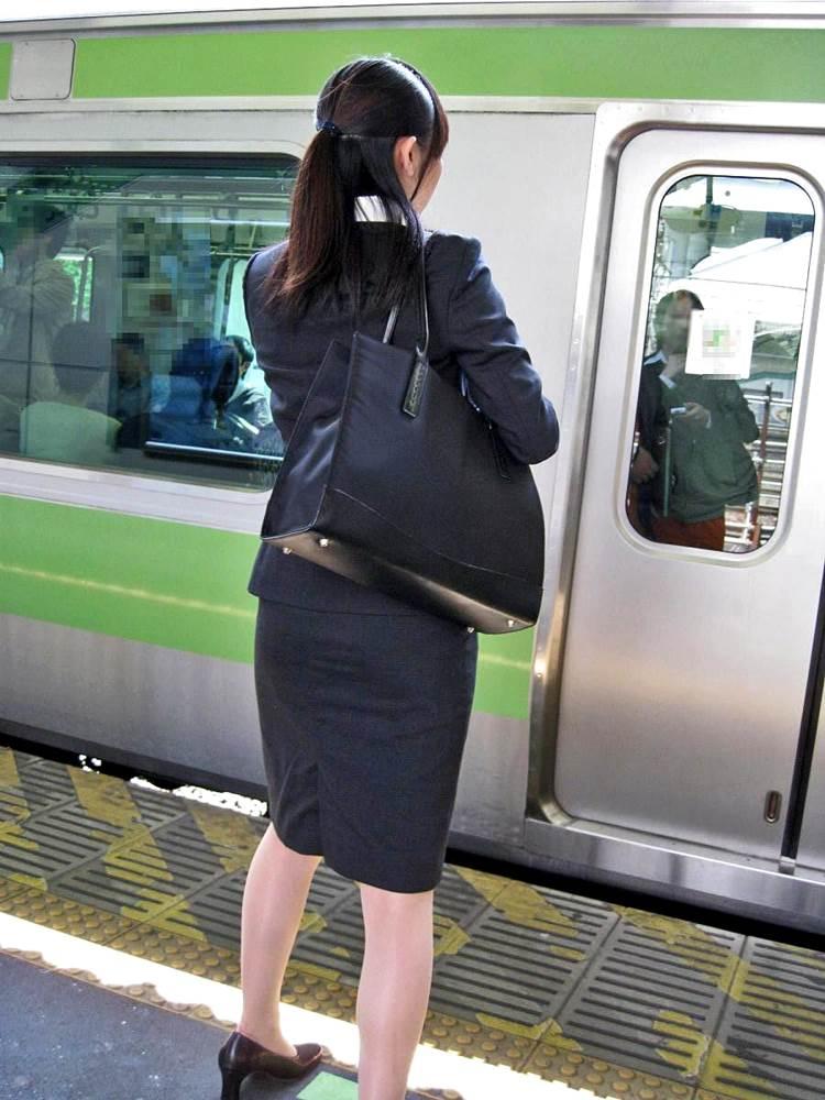 新人OLが電車内で見事に対面三角パンチラエロ画像2枚目