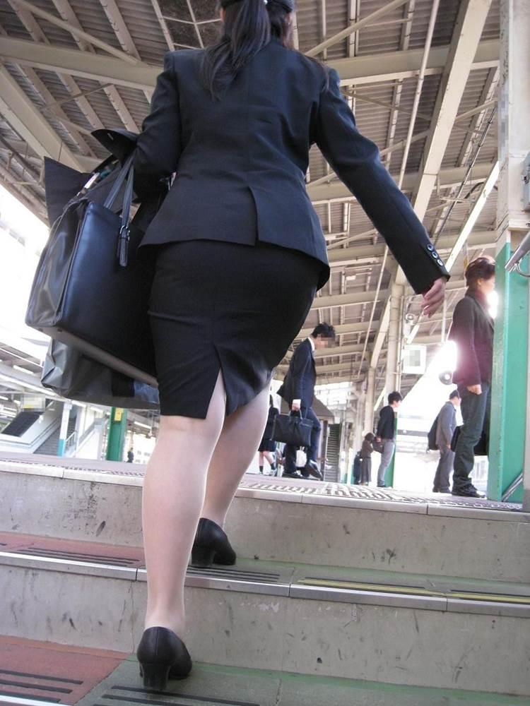 新人OLが電車内で見事に対面三角パンチラエロ画像6枚目