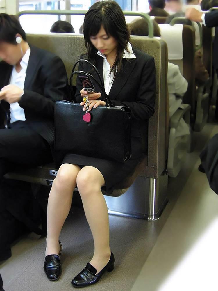 新人OLが電車内で見事に対面三角パンチラエロ画像11枚目