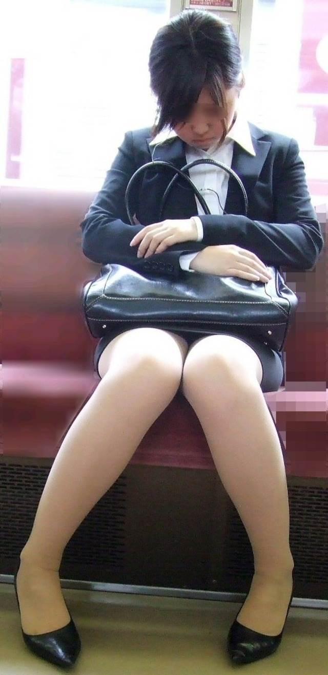 新人OLが電車内で見事に対面三角パンチラエロ画像12枚目