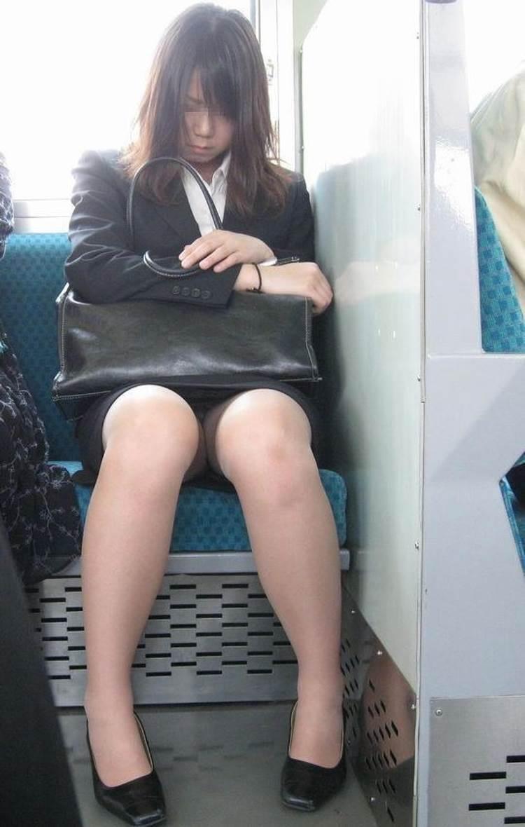 新人OLが電車内で見事に対面三角パンチラエロ画像13枚目