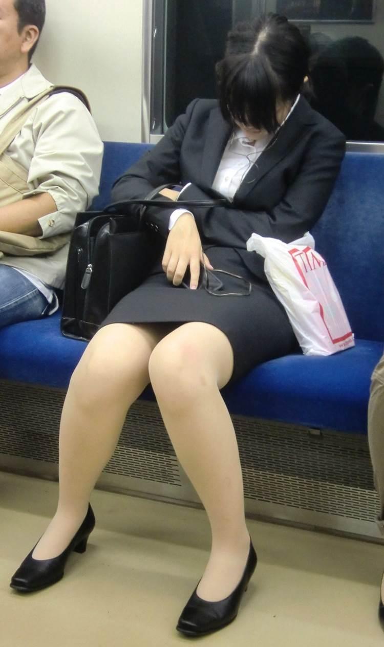 新人OLが電車内で見事に対面三角パンチラエロ画像14枚目