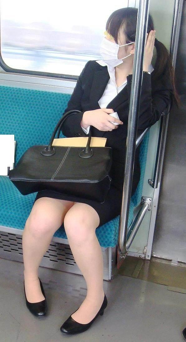 新人OLが電車内で見事に対面三角パンチラエロ画像15枚目