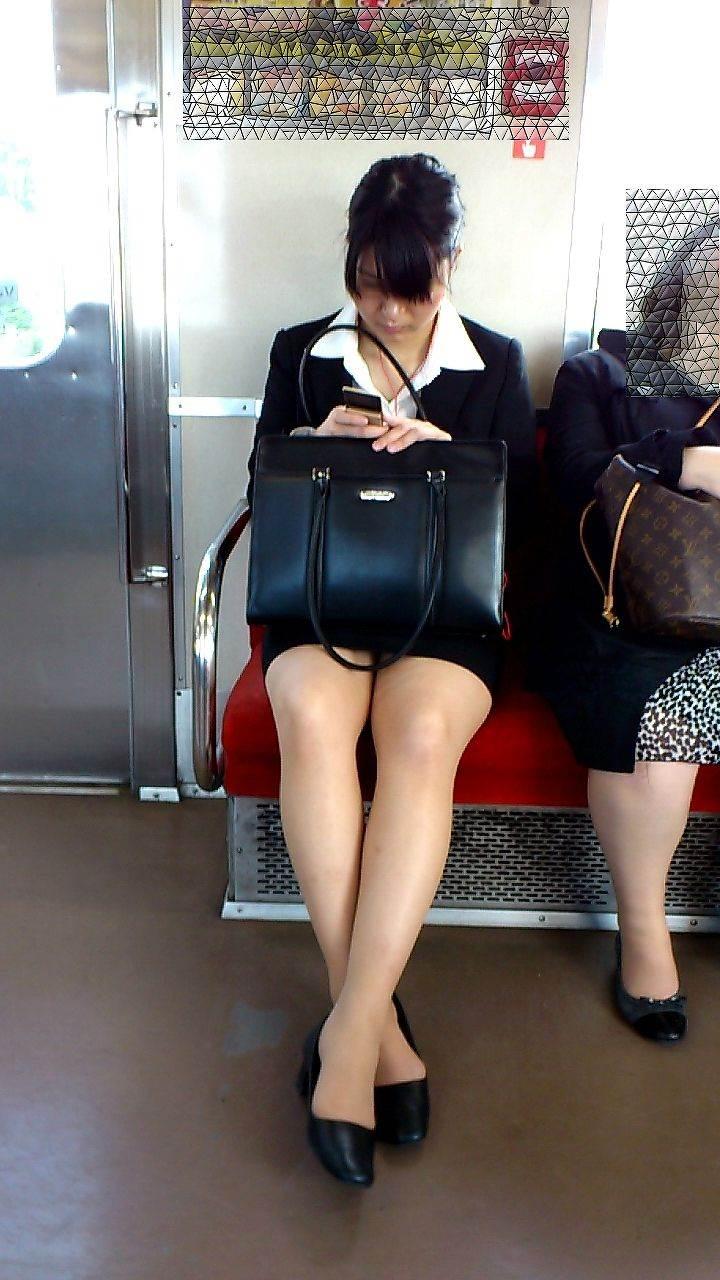 新人OLが電車内で見事に対面三角パンチラエロ画像16枚目