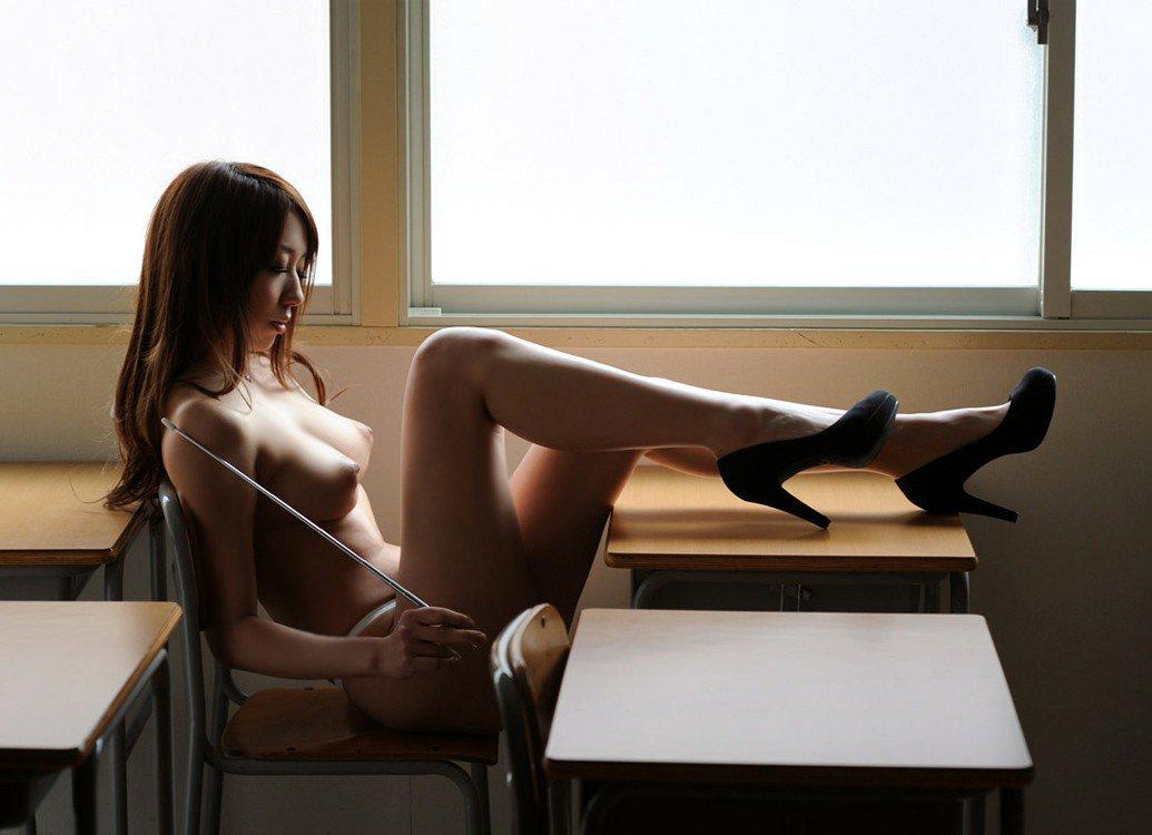 ノーブラに眼鏡タイトスカートの女教師エロ画像3枚目