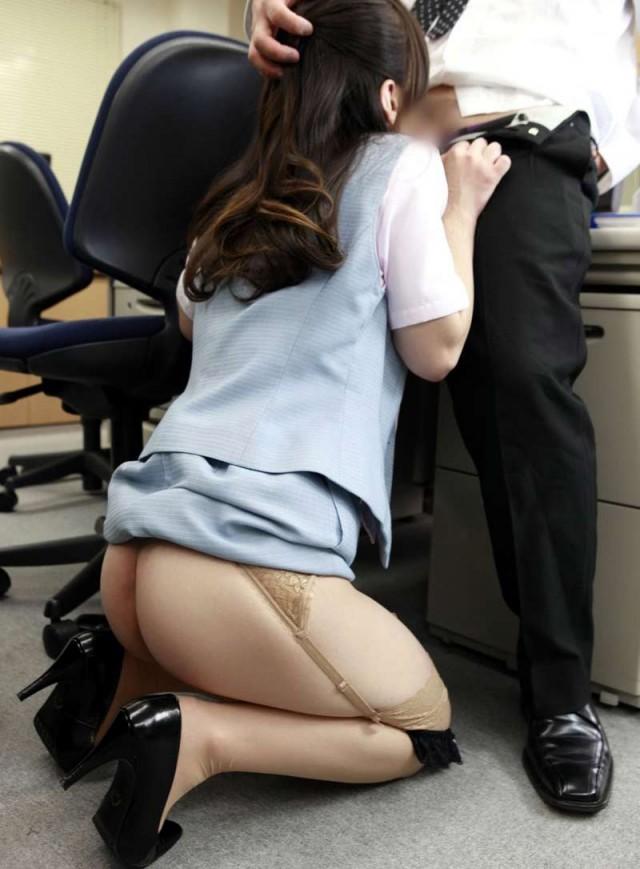 会社内で制服のまま舐め上げフェラをするOL画像16枚目