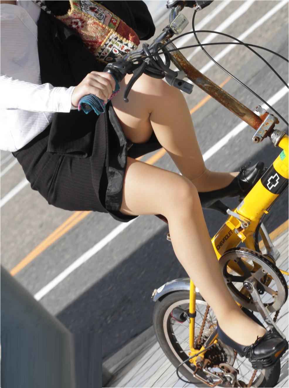 タイトスカートの裏地まで見えてる自転車OL画像1枚目