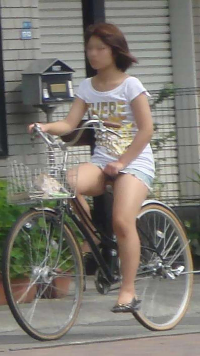 タイトスカートの裏地まで見えてる自転車OL画像4枚目