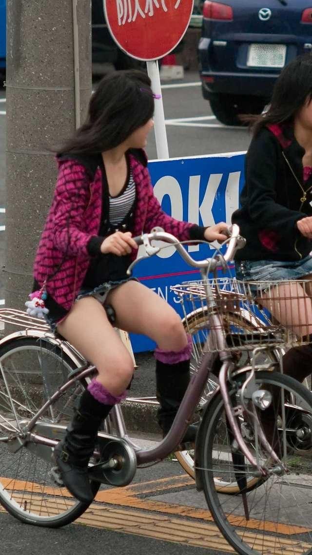 タイトスカートの裏地まで見えてる自転車OL画像8枚目