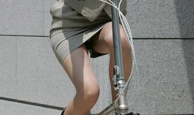 タイトスカートの裏地まで見えてる自転車OL画像14枚目