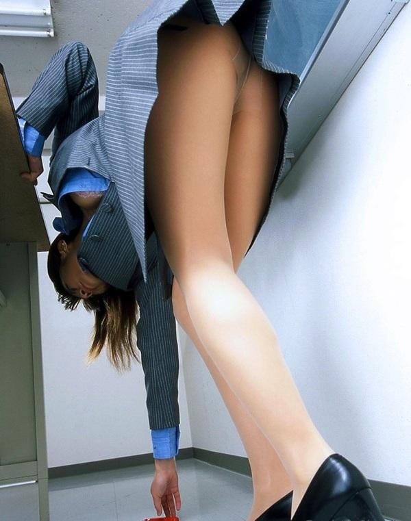 わざと拾ってパンチラ誘惑する淫乱美脚女教師の画像1枚目
