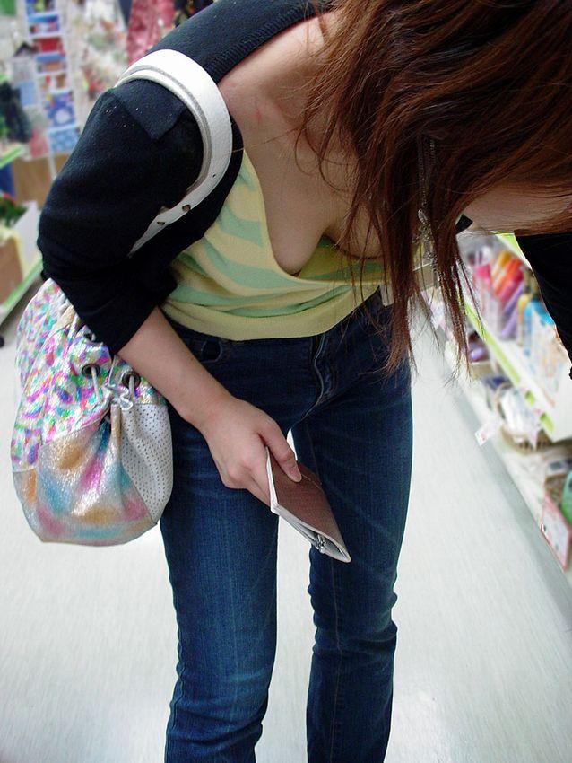 仕事帰りにコンビニで買い物中のOLを胸チラ盗撮画像1枚目