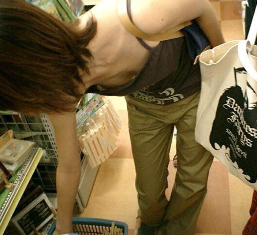 仕事帰りにコンビニで買い物中のOLを胸チラ盗撮画像5枚目