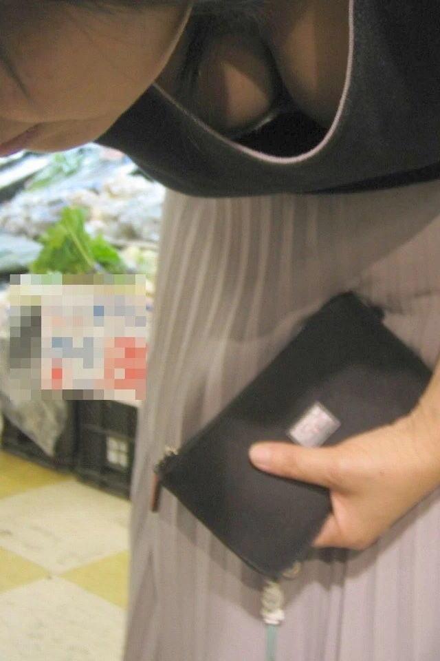 仕事帰りにコンビニで買い物中のOLを胸チラ盗撮画像7枚目