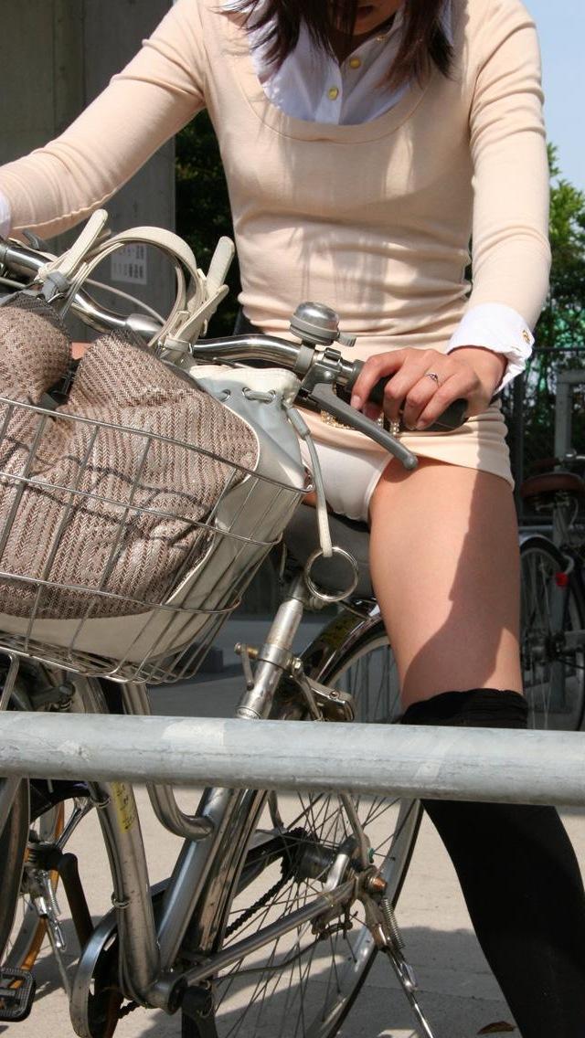 私服通勤中のOL自転車の三角パンチラ盗撮エロ画像1枚目