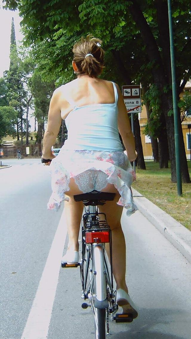 私服通勤中のOL自転車の三角パンチラ盗撮エロ画像2枚目