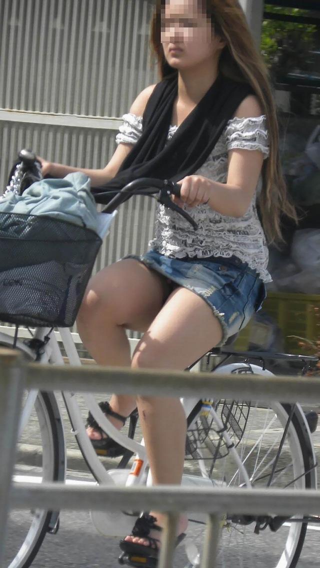 私服通勤中のOL自転車の三角パンチラ盗撮エロ画像3枚目