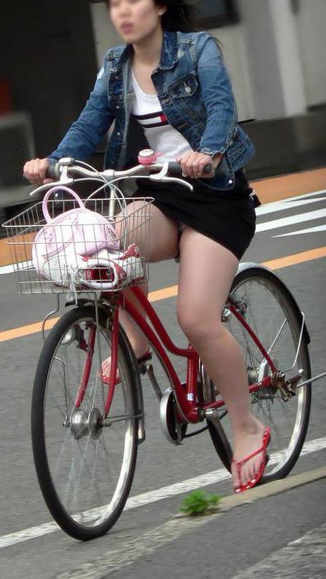 私服通勤中のOL自転車の三角パンチラ盗撮エロ画像4枚目