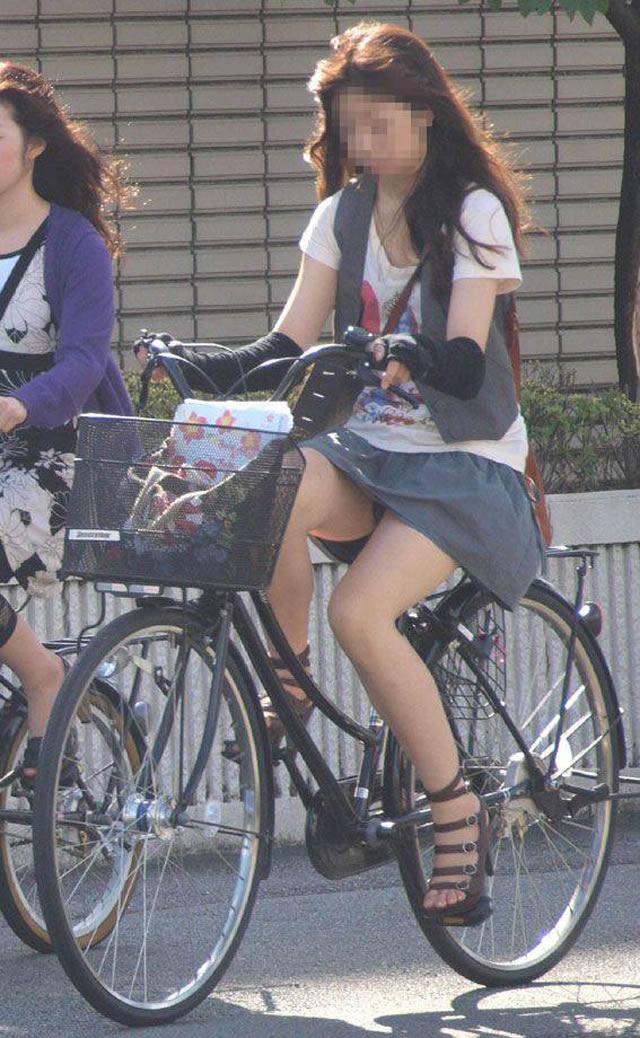 私服通勤中のOL自転車の三角パンチラ盗撮エロ画像15枚目