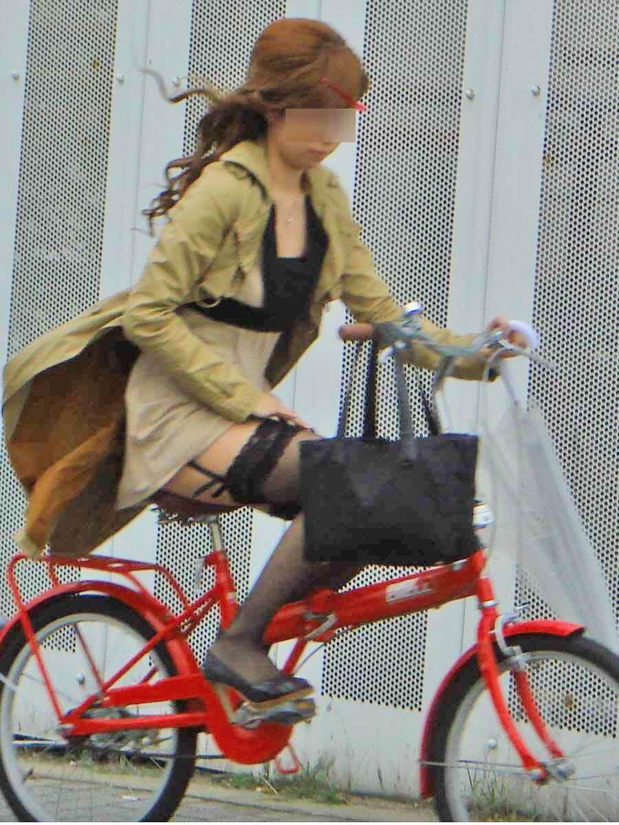 私服通勤中のOL自転車の三角パンチラ盗撮エロ画像16枚目