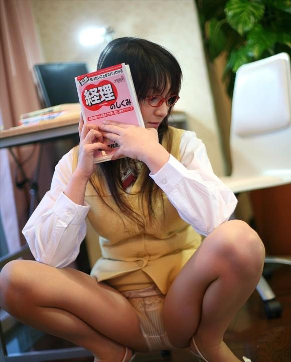 会社内で三角パンチラするタイトスカートOL画像1枚目