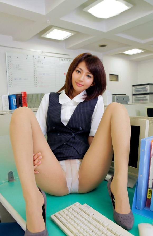 会社内で三角パンチラするタイトスカートOL画像2枚目