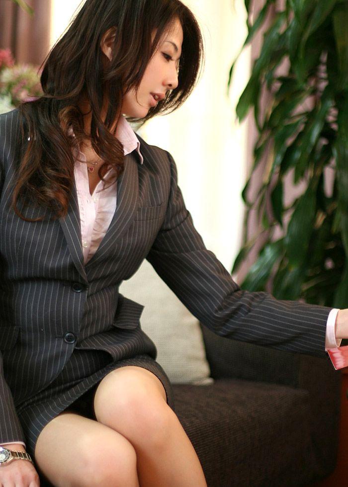 会社内で三角パンチラするタイトスカートOL画像5枚目