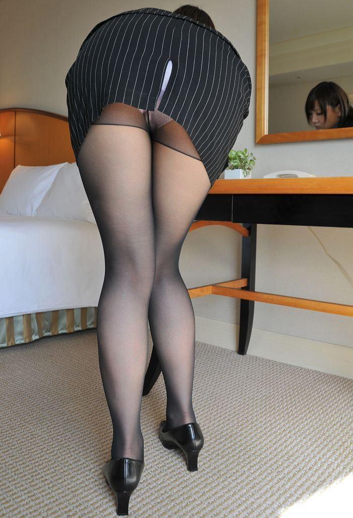 会社内で三角パンチラするタイトスカートOL画像13枚目