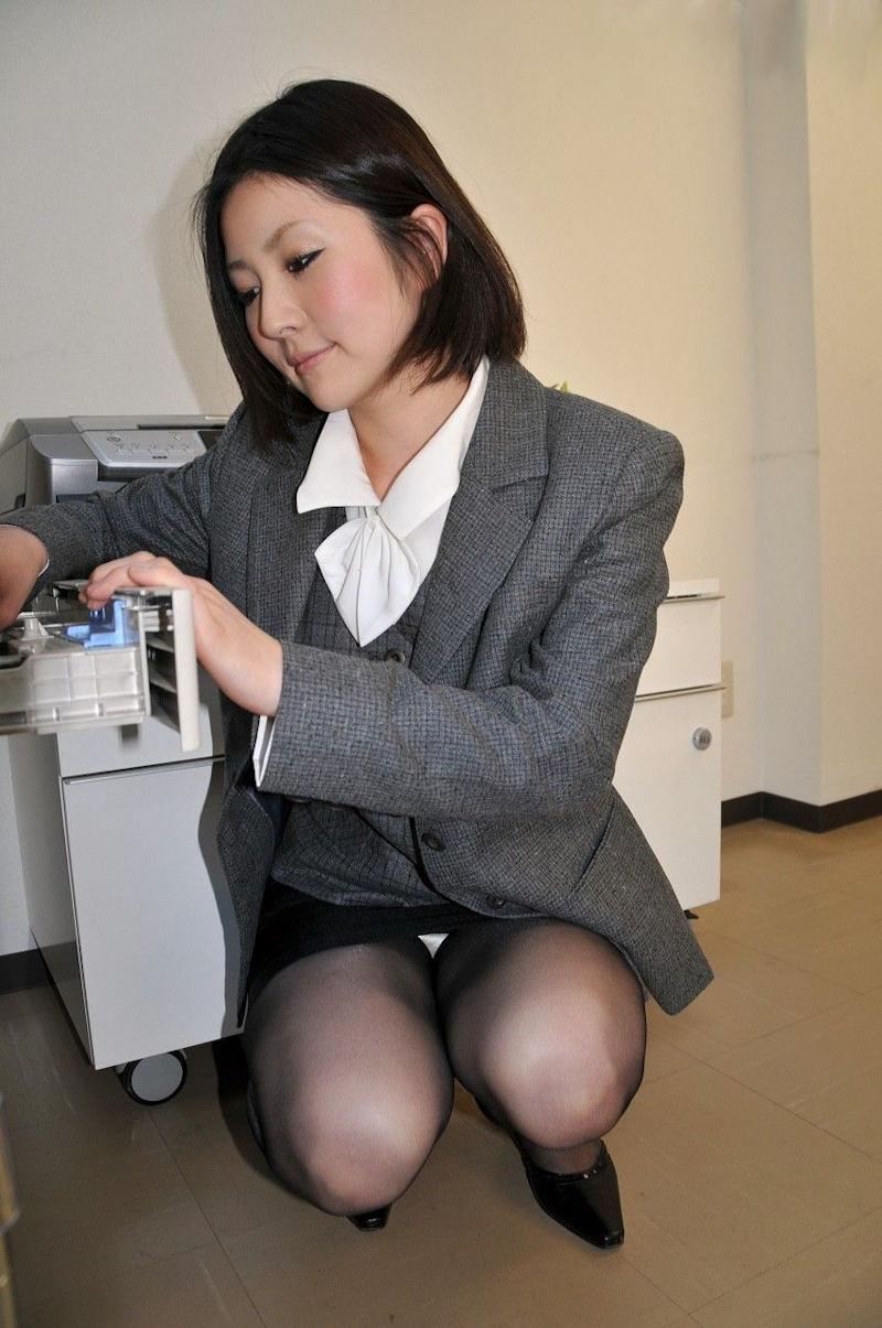 会社内で三角パンチラするタイトスカートOL画像15枚目