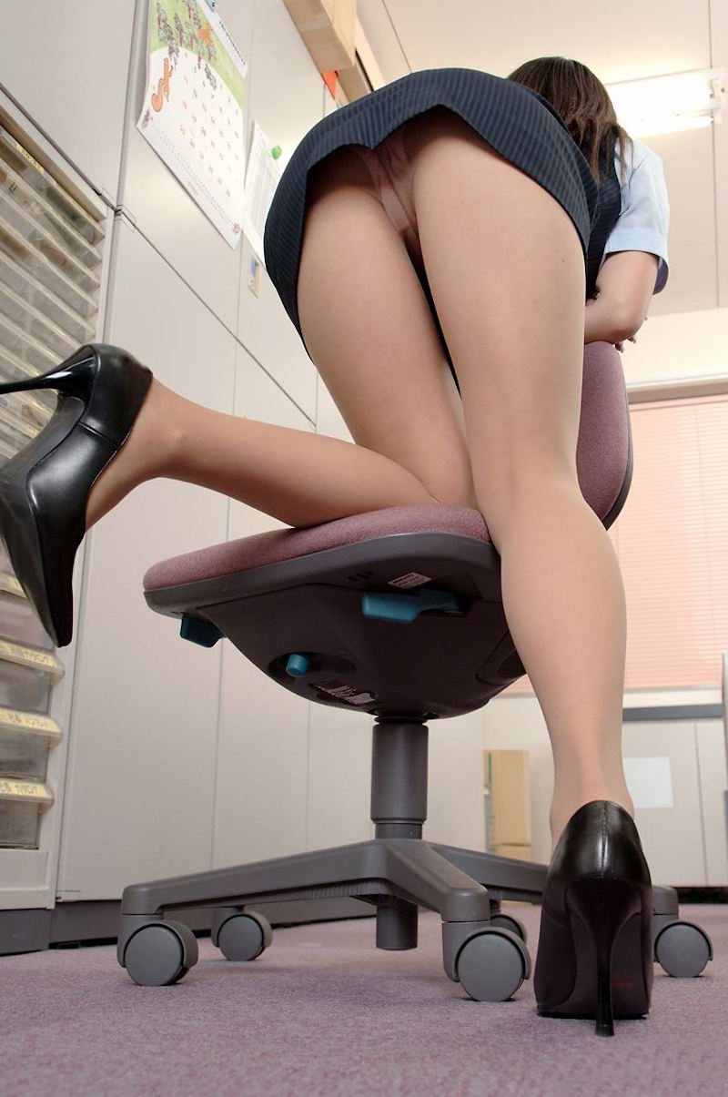 会社内で三角パンチラするタイトスカートOL画像16枚目