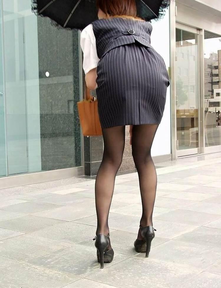 パンストとタイトスカートがよく似合うOLエロ画像1枚目