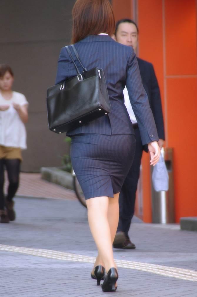 パンストとタイトスカートがよく似合うOLエロ画像4枚目