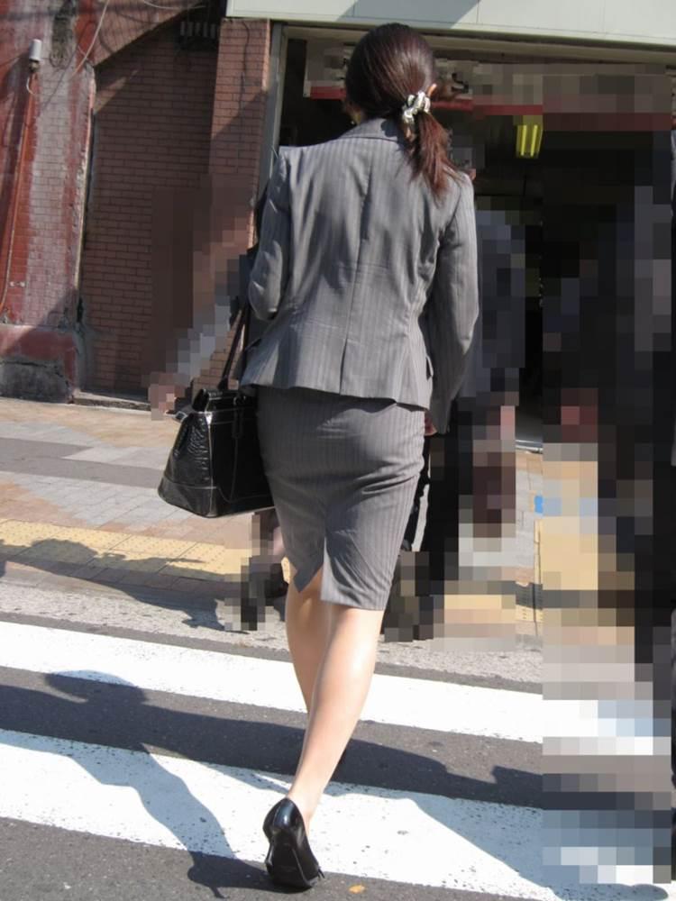 パンストとタイトスカートがよく似合うOLエロ画像5枚目