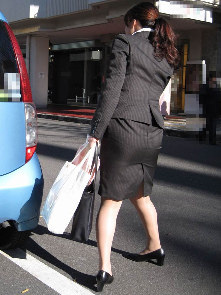 パンストとタイトスカートがよく似合うOLエロ画像8枚目