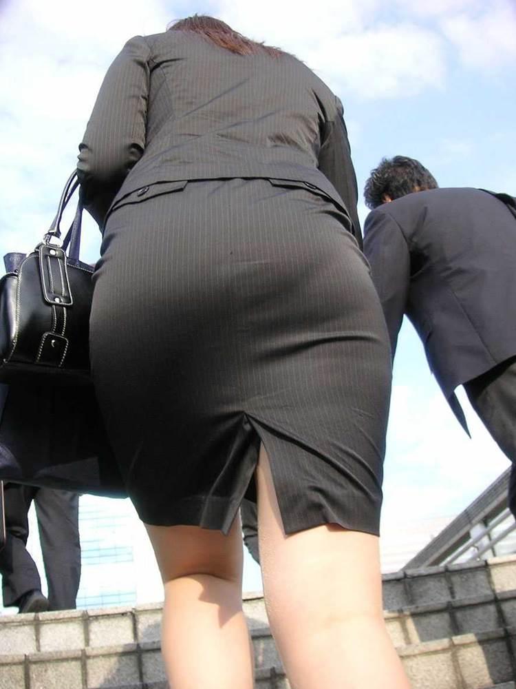 パンストとタイトスカートがよく似合うOLエロ画像10枚目
