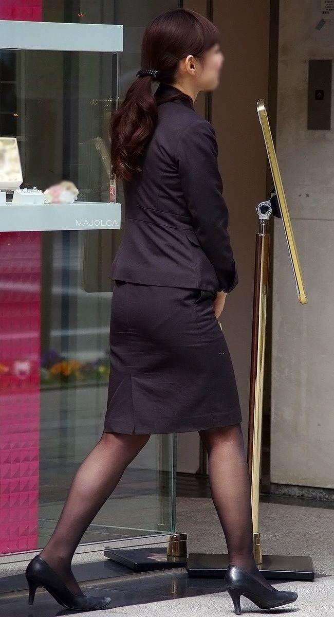 パンストとタイトスカートがよく似合うOLエロ画像11枚目