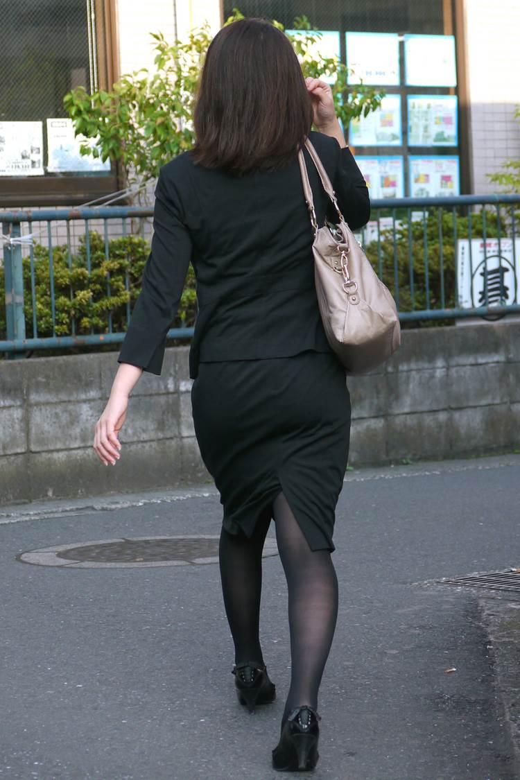 パンストとタイトスカートがよく似合うOLエロ画像13枚目
