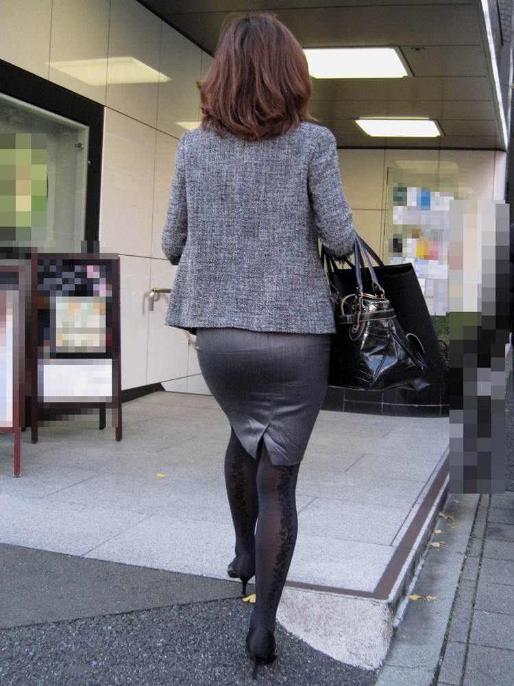 パンストとタイトスカートがよく似合うOLエロ画像14枚目