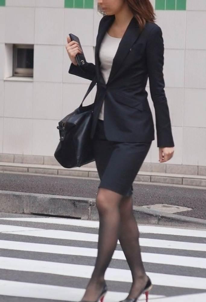 パンストとタイトスカートがよく似合うOLエロ画像15枚目