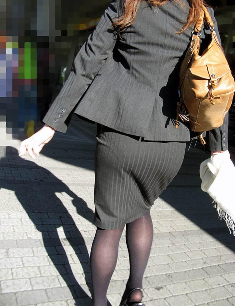 パンストとタイトスカートがよく似合うOLエロ画像16枚目