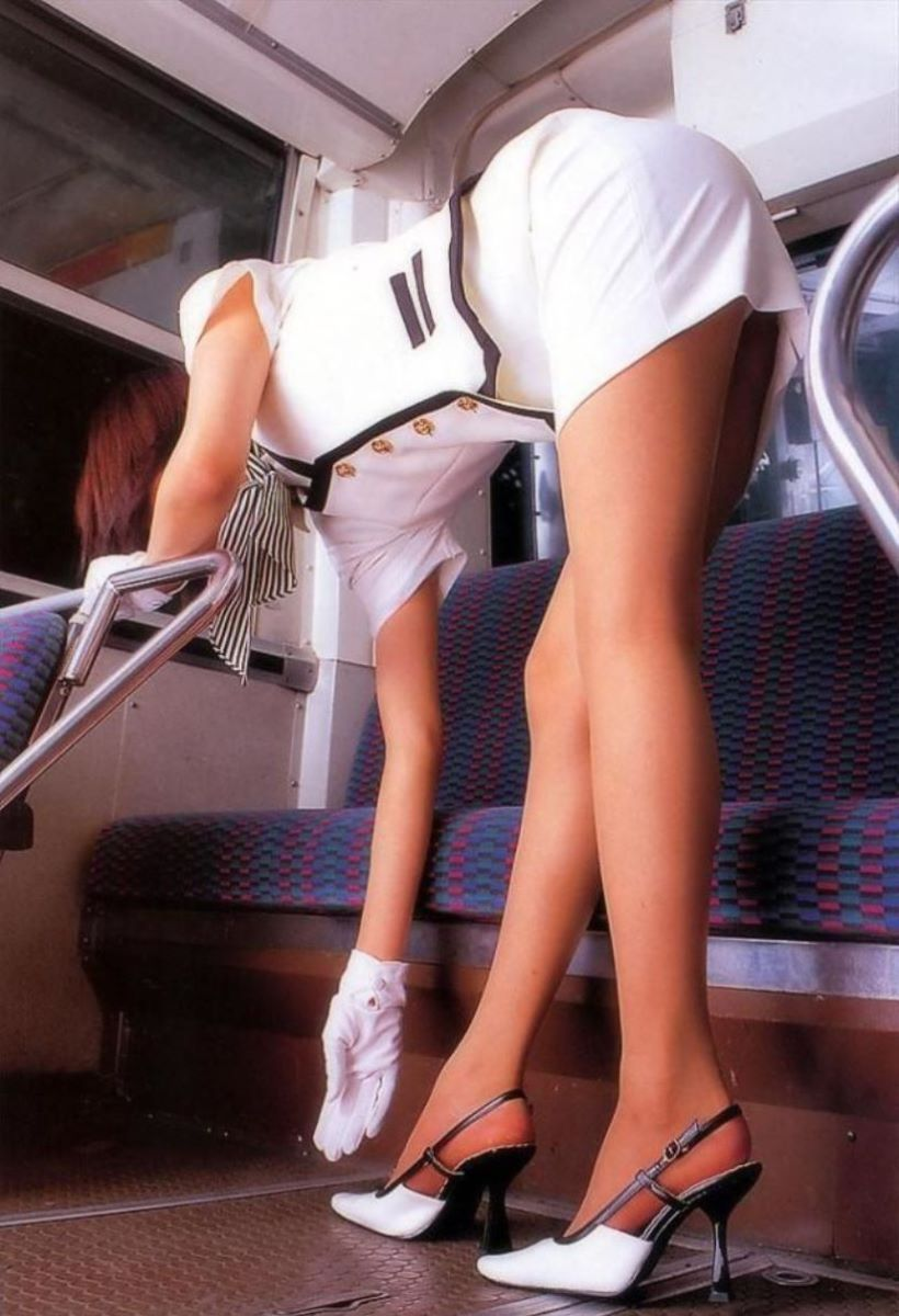 休憩中のバスガイドが運転手と車内セックスエロ画像5枚目