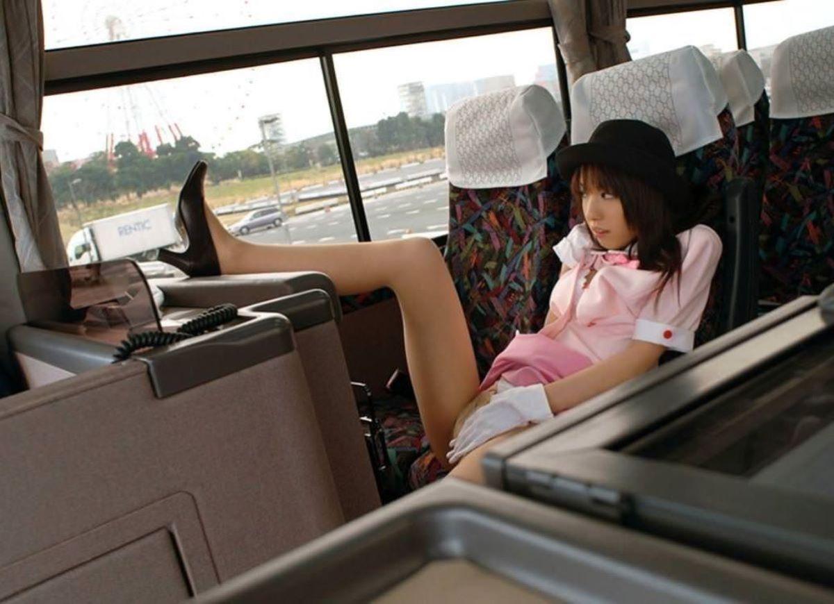 休憩中のバスガイドが運転手と車内セックスエロ画像10枚目