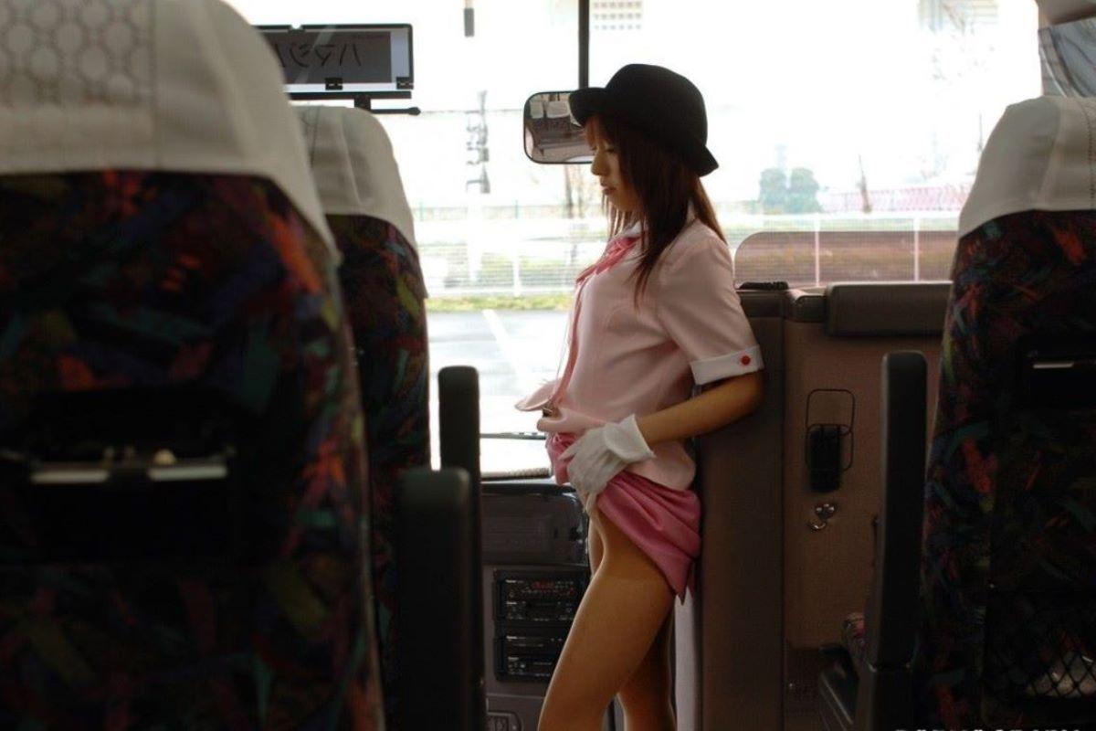 休憩中のバスガイドが運転手と車内セックスエロ画像12枚目