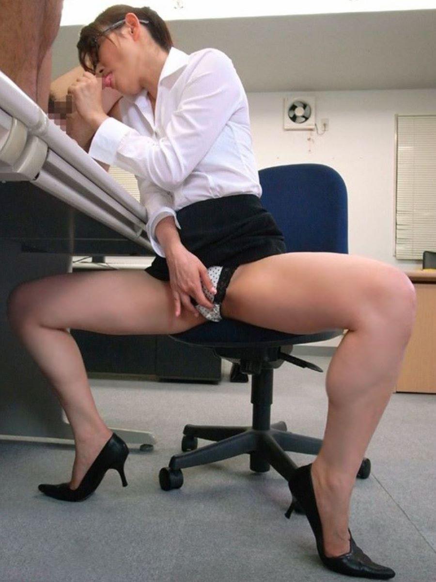 会社内で上司を机の下フェラをするOLエロ画像11枚目